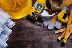Dessins de construction et ensemble d'outils de bâtiment dessus Images libres de droits