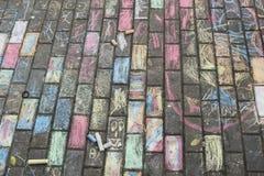 Dessins de craie des enfants sur le trottoir image libre de droits
