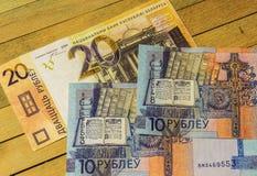 Dessins de pièces sur des billets de banque de dix et vingt roubles Photos stock