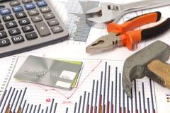 Dessins de rénovation et marteau et par la carte de crédit Photographie stock libre de droits