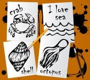 Dessins graphiques des animaux marins faits avec le mascara noir sur le livre blanc Crayonnez, brosse et taches d'encre sur la ta illustration libre de droits