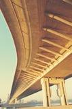 Dessous d'un pont jaune d'enroulement, rétro style Images stock