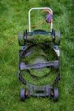 Dessous d'une tondeuse à gazon dans la longue herbe Image stock