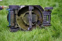 Dessous d'une tondeuse à gazon dans la longue herbe Images stock