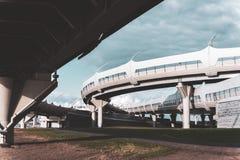 Dessous de routes élevées contre le ciel bleu photo libre de droits