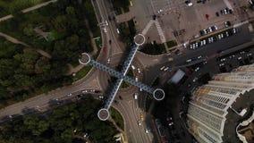 Dessus aérien de rond point en bas de longueur de vue en haut avec des véhicules entourant autour de la ruelle de cercle de trafi banque de vidéos