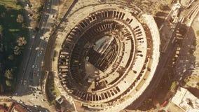 Dessus aérien en bas de hyperlapse d'amphithéâtre serré de Colosseum ou de Colisé à Rome, point de repère principal de la ville e banque de vidéos