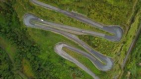Dessus aérien en bas de l'entraînement de voitures sur la route serpentine, bourdon au-dessus de route de montagne banque de vidéos