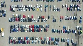 Dessus aérien en bas de la vue de beaucoup de voitures sur un marché de concessionnaire automobile de parking ou de vente a?rien banque de vidéos
