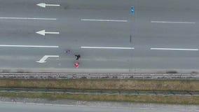 Dessus aérien en bas de tir du groupe de personnes le marathon courant dans la ville banque de vidéos