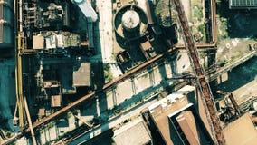 Dessus aérien en bas de vue d'équipement rouillé d'une zone industrielle obsolète banque de vidéos