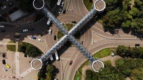 Dessus aérien en bas de vue du trafic de rond point avec le passage piéton piétonnier d'architecture gentille au-dessus du ressem clips vidéos