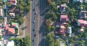 Dessus aérien en bas de vue de secteur suburbain de dortoir de ville banque de vidéos