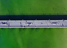 Dessus aérien en bas de vue sur le pilier au bord de mer avec des touristes et des sunbathers photo stock