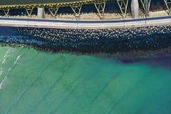 Dessus aérien en bas de vue sur les brise-lames de mer et l'entrée de port de bateau images libres de droits
