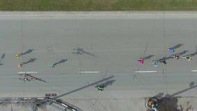 Dessus aérien en bas du tir du marathon courant de personnes sur la route urbaine clips vidéos