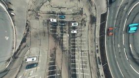 Dessus aérien tordu artistique en bas de la vue des rues de ville et des parkings importants clips vidéos