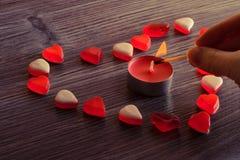 Dessus au-dessus de fin de frais généraux vers le haut de photo de beaux beaux coeur et bougie gentils doux sucrés savoureux Sucr Images stock