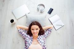 Dessus au-dessus des écouteurs beaux d'ordinateur de tasse de café de téléphone portable de vue de photo de jolie de la jeunesse  photo stock