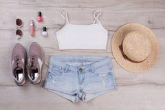 Dessus blanc avec des shorts et des espadrilles de denim Photos stock