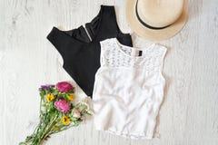 Dessus, chapeau et wildflowers noirs et blancs sur la fourrure blanche fashiona Photos stock