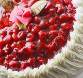 Dessus d'un gâteau, d'une crème et d'une framboise crèmes Photos libres de droits