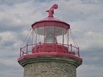 Dessus d'un phare d'isolement contre des nuages Photographie stock libre de droits