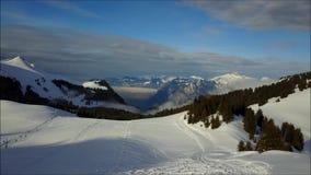 Dessus d'une montagne dans les Frances banque de vidéos
