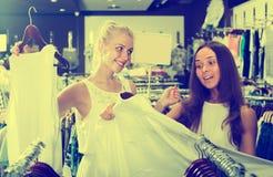 Dessus de achat d'heureuses filles ensemble Photos stock