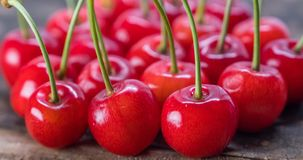 Dessus de Cherry Fruits On Wooden Table image stock