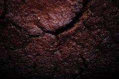 Dessus de gâteau de chocolat frais avec des fissures toned photo libre de droits