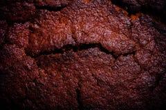 Dessus de gâteau de chocolat frais avec des fissures toned photographie stock