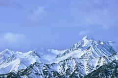 Dessus de hautes montagnes, couvert par la neige Image stock