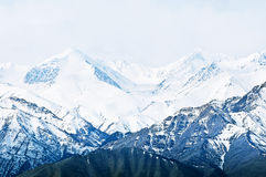 Dessus de hautes montagnes, couvert par la neige Photo libre de droits