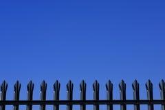 Dessus de la clôture de palissade en métal images libres de droits