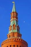 Dessus de la tour de Moscou Kremlin avec le ciel bleu et la lune Image stock