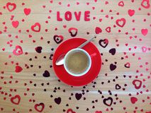 Dessus de la vue des coeurs rouges décoratifs près de la tasse de café sur la table en bois Photographie stock