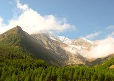 Dessus de montagne avec la neige et les nuages Images stock
