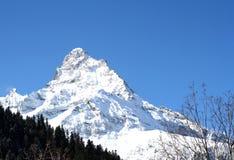 Dessus de montagne dans les montagnes de Dombai photo stock