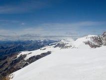 Dessus de montagne recouvert par neige d'Alpes Photos stock