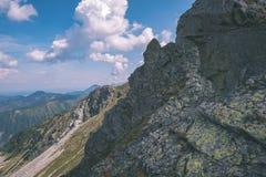 dessus de montagne rocheuse avec des sentiers de randonnée en automne dans carpathien occidental slovaque de Tatra avec le ciel b images libres de droits