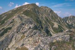 dessus de montagne rocheuse avec des sentiers de randonnée en automne dans carpathien occidental slovaque de Tatra avec le ciel b image stock