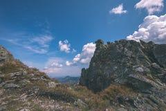 dessus de montagne rocheuse avec des sentiers de randonnée en automne dans carpathien occidental slovaque de Tatra avec le ciel b photos stock