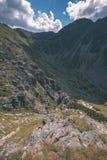 dessus de montagne rocheuse avec des sentiers de randonnée en automne dans carpathien occidental slovaque de Tatra avec le ciel b photo stock