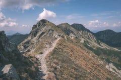 dessus de montagne rocheuse avec des sentiers de randonnée en automne dans carpathien occidental slovaque de Tatra avec le ciel b image libre de droits