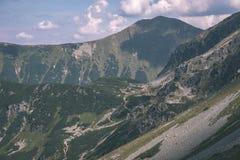 dessus de montagne rocheuse avec des sentiers de randonnée en automne dans carpathien occidental slovaque de Tatra avec le ciel b photographie stock