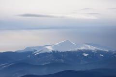 Dessus de montagne sous la neige Photographie stock