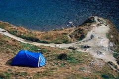 Dessus de montagne tourisme campant et tente d'aventures paysage près de l'eau extérieure au lac Lacul Balea, Transfagarasan, Rou photographie stock