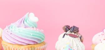 Dessus de petit gâteau avec le coeur sur le rose pour l'amour et les valentines Photos libres de droits