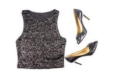 Dessus de réservoir noir de l'ordre des femmes et chaussures de stylets d'isolement sur le blanc Photo stock